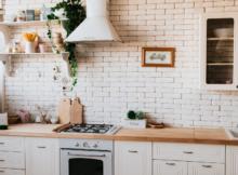 Orkaitė šviesiame virtuvės kambaryje